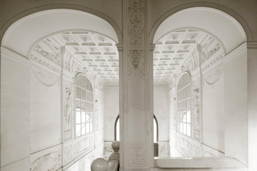 marmorgeschmücktes Eingangsportal mit stilistischen Elementen der Gründerzeit und des Jugendstils